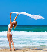Gelukkig meisje dansen op het strand — Stockfoto