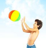 Ragazzo felice con pallone da spiaggia — Foto Stock