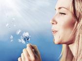 幸せな美しい女の子吹くタンポポ — ストック写真