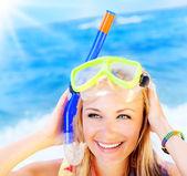 Söt tonåring tjej att ha kul på stranden — Stockfoto