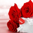 Beautiful roses with gift box & heart — Zdjęcie stockowe