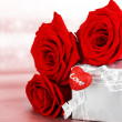 Beautiful roses with gift box & heart — Stock fotografie