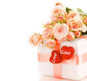 Beautiful roses with gift box & hearts — ストック写真
