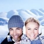 heureux couple jouant en plein air à la montagne hivernale — Photo