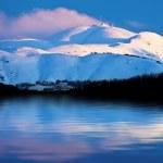 paisaje lago cubierto de nieve y montañas de invierno — Foto de Stock