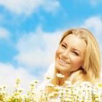 Beautiful woman enjoying daisy field and blue sky — Stock Photo #9068954