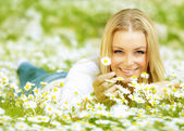 Beautiful girl enjoying daisy field — Stock Photo