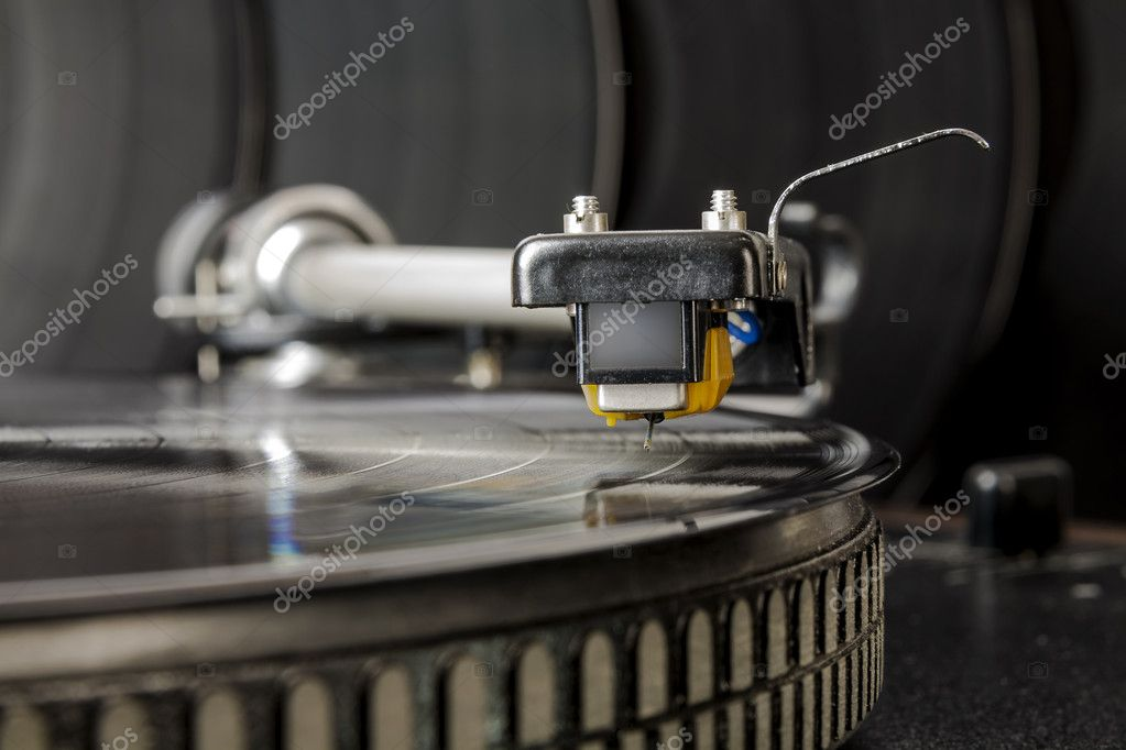 The cartridge is ready to start producing music from vinyl record — Stock Photo #9195444