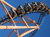 Mavi gökyüzü ile hareketli lunapark treni — Stok fotoğraf