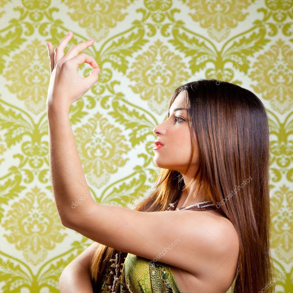 亚洲印度黑发女孩跳舞与手上的长头发— 照片作者 lunamarina图片
