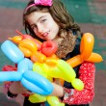 Balloon twisting art children happy — Stock Photo