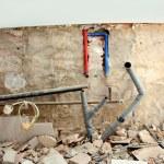 instalacji elektrycznych i wodno-kanalizacyjnych w kuchni praca — Zdjęcie stockowe