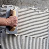Llana dentada de construcción con cemento blanco — Foto de Stock