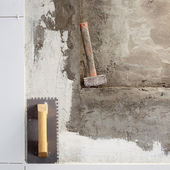Construction tools notched trowel and hammer — Stock Photo