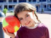 Brunett liten flicka fotbollsspelare och bollen leende — Stockfoto