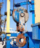Boten kraan haak riemschijf detail op marina — Stockfoto