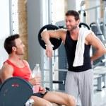 dois homens em um ginásio de esporte relaxado depois da aptidão — Foto Stock