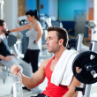 Man entspannt am Gym nach Fitness sport Training — Stockfoto