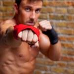 Muskel-Boxer geformt Mann Faust auf Kamera — Stockfoto