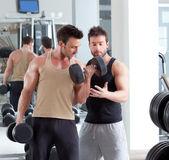 Gym persoonlijke trainer man met gewicht opleiding — Stockfoto