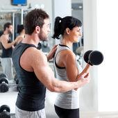 健身房女人私人教练与重量训练 — 图库照片
