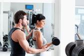 Gym vrouw persoonlijke trainer met gewicht opleiding — Stockfoto