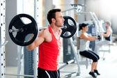 Człowiek z masa hantle trening siłownia sprzęt — Zdjęcie stockowe
