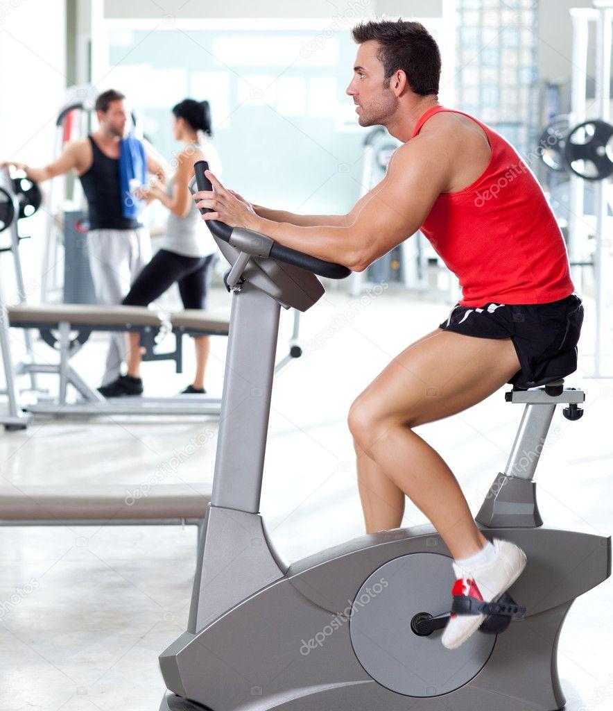 Homme sur v lo stationnaire la salle de sport fitness photographie lunama - Velo salle de sport pro ...