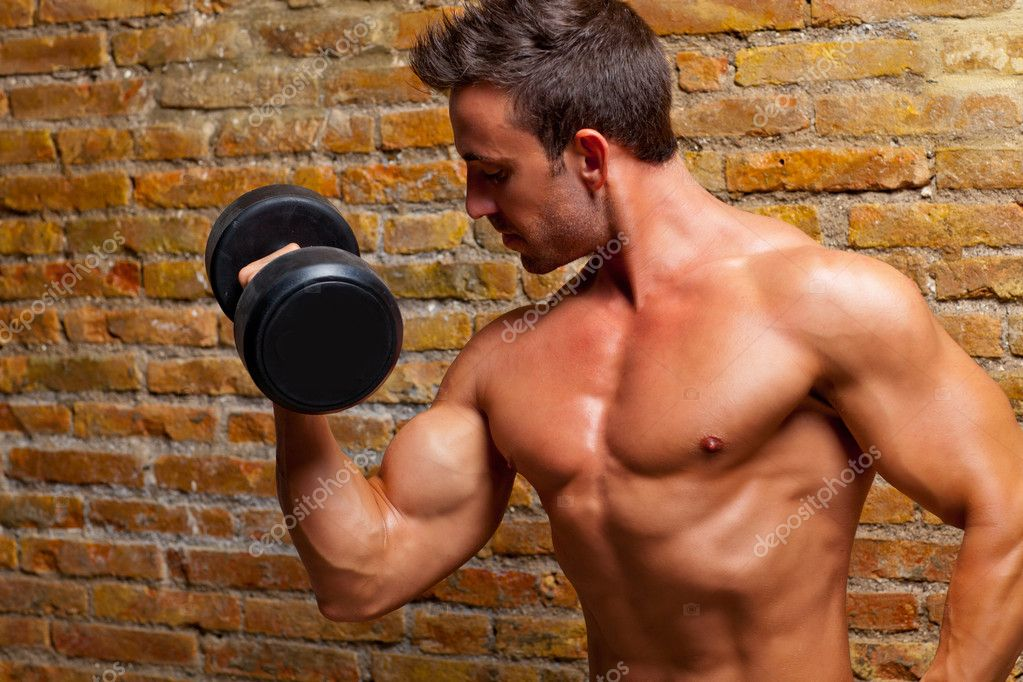 Muscle shaped body man with weights on brick wall gym — Stok fotoğraf #8511666