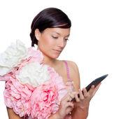 Moda mujer y tablet ebook leyendo con vestido de flores — Foto de Stock