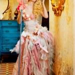 Barock Mode blonde Hausfrau Frau Mop Aufgaben — Stockfoto #8701772