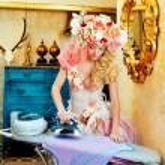 Barock Mode blonde Hausfrau Frau Eisen Hausarbeit — Stockfoto #8701821