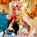 Barock Mode blonde Hausfrau Frau Eisen Hausarbeit — Stockfoto #8701840