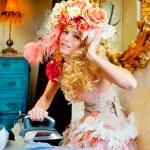 Barock Mode blonde Hausfrau Frau Eisen Hausarbeit — Stockfoto #8701867