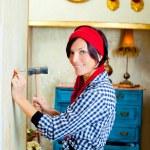 DIY Fashion Frau mit Hammer und Nagel — Stockfoto #8701907