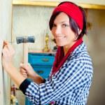 DIY Fashion Frau mit Hammer und Nagel — Stockfoto #8701972
