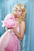 платье принцесса блондинка моды и старинные цветы — Стоковое фото