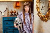Femme de mode futuriste dans maison rétro grunge — Photo