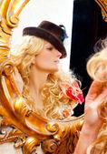 Femme fashion blonde avec un chapeau en miroir doré baroque — Photo
