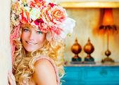 Barokke mode blonde vrouw met bloemen hoed — Stockfoto