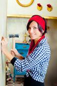 Diy způsobem žena s hřebík a kladivo — Stock fotografie