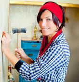 Mujer moda diy con clavos y martillo — Foto de Stock