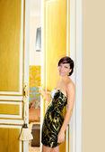 Mujer de moda de elegancia en la puerta de la habitación del hotel — Foto de Stock
