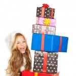 Noel hediye Hediyeler yığılmış ile küçük kız çocuk — Stok fotoğraf