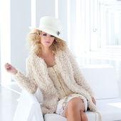 Loiro moda mulher com espartilho setecentista — Foto Stock