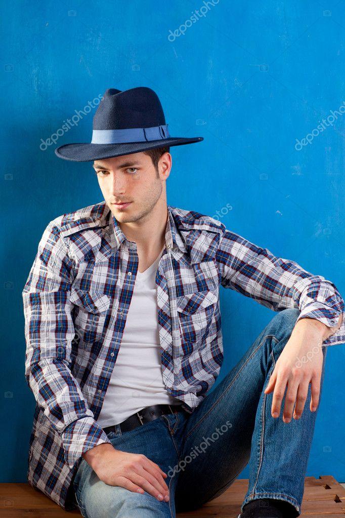 Hombre guapo con camisa a cuadros y sombrero de vaquero for Cuadros guapos