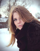Happybeautiful dívka v zimě portrét venkovní — Stock fotografie