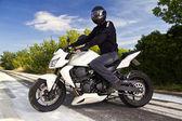 Homme avec une moto — Photo