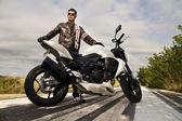 Homem com uma moto — Foto Stock