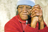 An old African woman with folded hands - focus on the weathered hands — Stock Photo